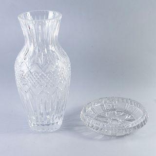 Cenicero y florero. Siglo XX. Elaborados en cristal cortado. Decorados con facetados y motivos mixtilíneos. Piezas: 2