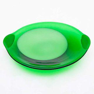 Platón. Italia, siglo XX. Elaborado en cristal de Murano color verde. Diseño circular y asas laterales.