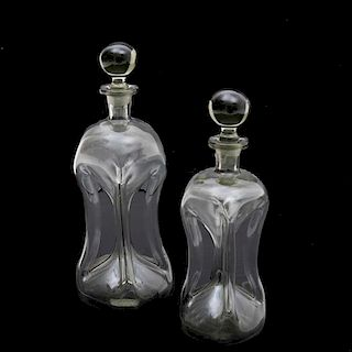 Par de licoreras. Siglo XX. Elaboradas en cristal ahumado. Diseños a manera de relojes de arena con tapa boleada. Piezas: 2