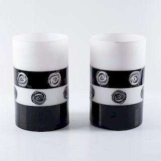 Par de floreros. Siglo XX. Elaborados en vidrio color blanco y negro. Diseño cílindrico. Decorados con espirales. Piezas: 2