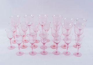 Lote de copas. Siglo XX. Elaboradas en vidrio color rosa. Diseños lisos. Piezas: 43