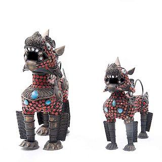 Par de leones guardianes. Tailandia, siglo XX. Elaborados en latón con simulantes de coral turquesa. Piezas: 2