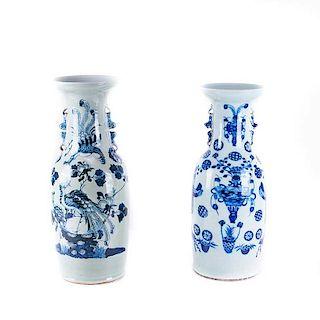 Par de jarrones. China, siglo XX. Estilo Ming. En porcelana con detalles en azul cobalto. Con pavorreales y motivos florales. Piezas: 2