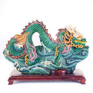 Shenlong*. China, siglo XX. Elaborado en cerámica vidriada y policromada. Con base de madera.