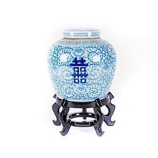 Tibor Shuang Xi* China, principios del siglo XX. En porcelana blanca con detalles en azul cobalto. Con base de madera.