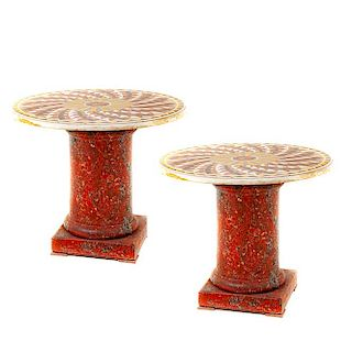 Par de mesas laterales (matrimonio). Italia, siglo XX. En mármol rojo y aplicaciones de piedra dura. Con soporte de columna. Piezas: 2