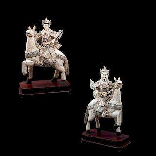 Par de guerreros a caballo. China, prin. del siglo XX. Con emplacados de marfil y hueso, motivos esgrafiados y policromía. Piezas: 2