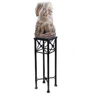 Barong.* Bali/Indonesia, siglo XX. Talla en cantera con base de mármol negro. Con pedestal de hierro forjado.
