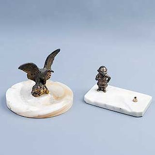 Cenicero y portaplumas. México. Principios del SXX. Elaborados en antimonio dorado. Base de travertino. Diseño de de águila y castor.