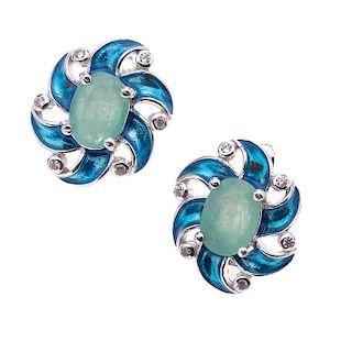 Par de aretes con esmeraldas y circonias en plata .925. 2 esmeraldas corte oval 2.00ct. Circonias. Peso: 5.1 g.