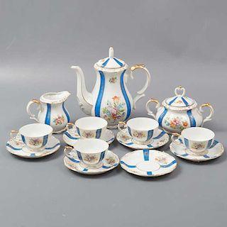 Juego de té. Japón. Siglo XX. Elaborado en porcelana JW. China. Servicio para 5 personas. Decorado con esmalte dorado.
