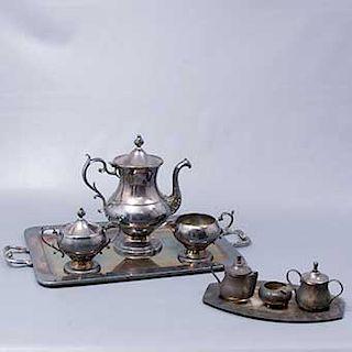 Lote de 2 juegos de té. México. SXX. Diseño liso. Elaborados en metal plateado. Consta de: 2 charolas, 2 teteras, 2 charolas, otras.