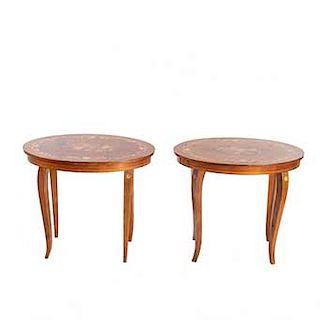 Par de mesas. Siglo XX. En talla de madera enchapada. Cubiertas ovales y soportes semicurvos. Decoración floral