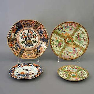Lote de 4 platos decorativos. Origen oriental. Elaborados en porcelana. Uno estilo Familia rosa. Decorados con esmalte dorado.