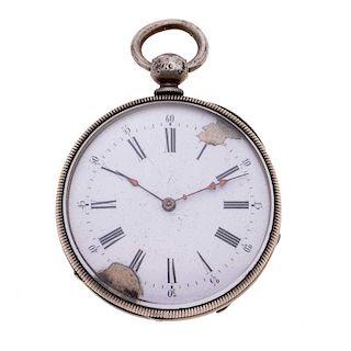 Reloj de bolsillo. Caja circular en plata. Carátula en color blanco con índices de números romanos y arábigos.
