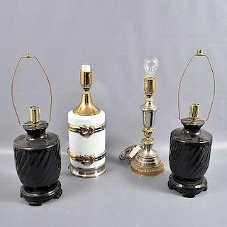 Lote de 4 lámparas de mesa. Siglo XX. Elaboradas en en cerámica y una en metal plateado. Electrificadas para una luz.