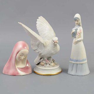 Lote de 3 Figuras decorativas. México y Europa. Siglo XX. Elaboradas en porcelana. 2 acabado brillante. Uno con esmalte dorado.