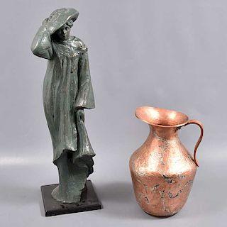 Lote mixto de 2 piezas. Siglo XX. Consta de jarra en cobre, figura de dama en resina