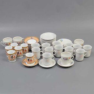 Lote de 3 juegos de té. Italia y Alemania. Siglo XX. Elaborados en porcelana. Uno Kahla. Decorados con elementos florales.
