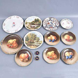 Lote de 13 platos decorativos. Alemania, Francia y Japón. Siglo XX. Elaborados en porcelana Bavaria y Limoges entre otras. 10 con base.