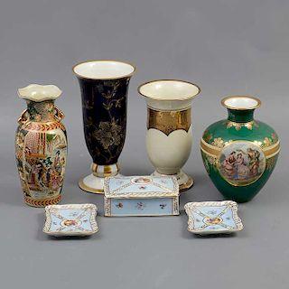 Lote mixto de 7 piezas. Japón, Alemania y China. Siglo XX. Elaborado en porcelana. Decorados con esmalte dorado y elementos vegetales.