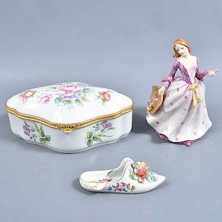 Lote mixto de 3 piezas. Francia y Alemania. SXX. Elaboradas en porcelana. Limoges, Dresden y una Narco. Consta de zapato, caja y dama.