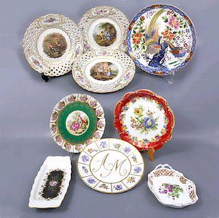 Lote de 9 platos decorativos. Siglo XX. Consta de: 3 platos. Alemania. Diseño calado. Elaborados en porcelana Dresden. Entre otros.