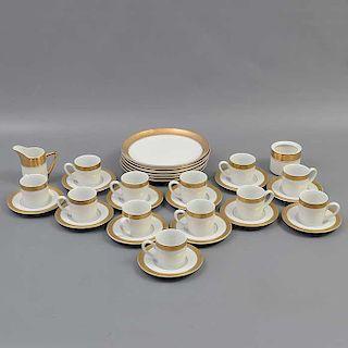 Juego de té. Indonesia y Japón. Siglo XX. Elaborado en porcelana. Uno Cameo. Decorada con esmalte dorado y elementos vegetales.