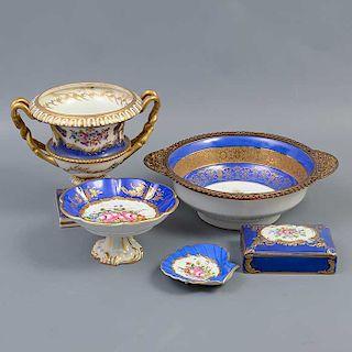 Lote mixto de 5 piezas. Francia. Siglo XX. Elaborado en porcelana, 2 de Dresden. Una con aplicación de metal dorado.