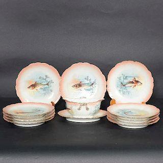 Servicio de vajilla para pescado. Francia. SXX. Elaborada en porcelana Limoges JMB. Decorado con esmalte dorado, elementos zoomorfos.