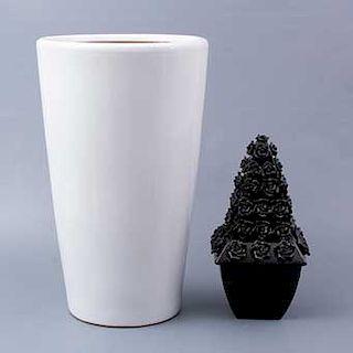Macetón y figura decorativa. Siglo XX. Elaborados en cerámica. Acabado brillante. Macetón con diseño liso color blanco.