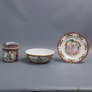Lote de 3 piezas. Origen oriental. Elaboradas en porcelana. Acabado brillante. Decoradas con esmalte dorado, elementos florales.