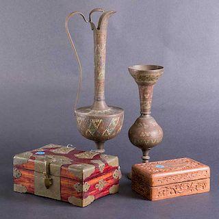 Lote mixto de 4 piezas. India. Siglo XX. 2 elaborados en metal y 2 en madera. Decoradas con elementos orgánicos, florales.