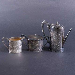 Juego de té. Estados Unidos. Siglo XX. Elaborado en metal plateado. Marca Derby Silver Plate Co. Decorado con elementos florales.