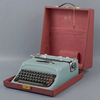 Máquina de escribir portatil. Italia. Años 60. Marca Olivetti. Modelo Studio 44. Estructura de metal. Mecanismo manual. Transportable.