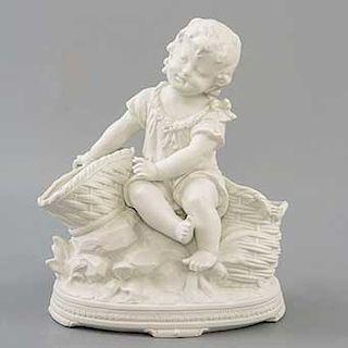 Niño con canasto. Siglo XX. Elaborado en porcelana tipo biscuit.