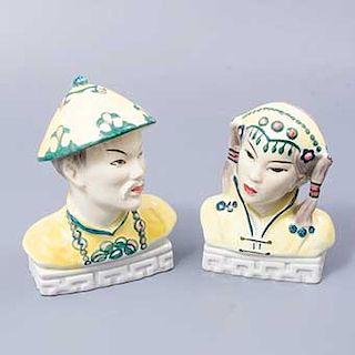 Par de bustos orientales. Austria. Siglo XX. Elaborados en porcelana Goldscheider. Acabado brillante. Decorados con grecas.
