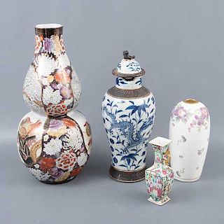 Tibor y 3 jarrones. Origen oriental. SXX. Decorados con elementos florales, orgánicos, zoomorfos a manera de aves, dragones y vegetales