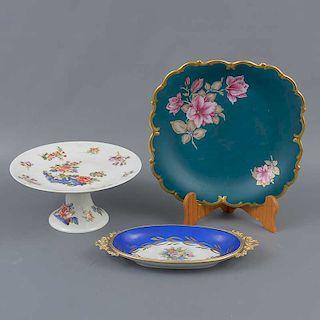 Lote de 3 platos. Alemania y Francia. Elaborados en porcelana de Bavaria y Limoges. Decorados con esmalte dorado, elementos florales.