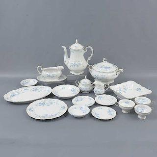 Vajilla. Alemania. Siglo XX. Servicio para 12 personas. Elaborada en porcelana de Bavaria. Decorada con elementos florales.
