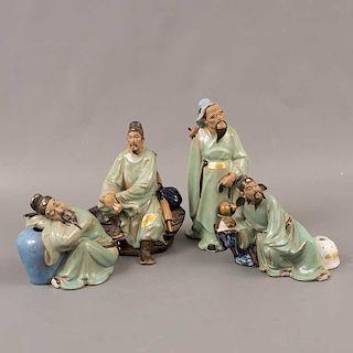 Lote de 4 sabios. China. Siglo XX. Elaborados en cerámica Shiwan. Acabado brillante.