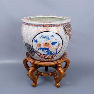 Pecera. China. Siglo XX. Elaborada en porcelana policromada. Con base de madera. Decorada con esmalte dorado, elementos vegetales.
