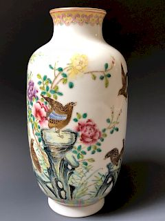 A FINE CHINESE ANTIQUE  FAMILL ROSE PORCELAIN VASE, MARKED.