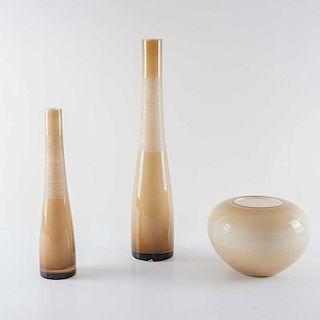 Juego de floreros. Polonia, siglo XX. Modelo Enzo. Elaborados en cristal, hecho a mano en color beige degradado. Piezas: 3