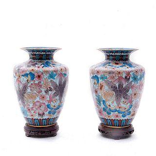 Par de jarrones. China, primera mitad del siglo XX. En latón y esmalte cloisonné. Decorados con motivos florales. Piezas: 2