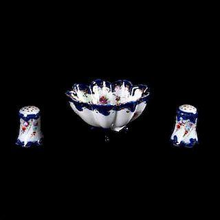 Centro de mesa y par de saleros. Francia, siglo XX. Elaborados en porcelana tipo Sèvres, acabado brillante y esmalte dorado. Pzs: 3