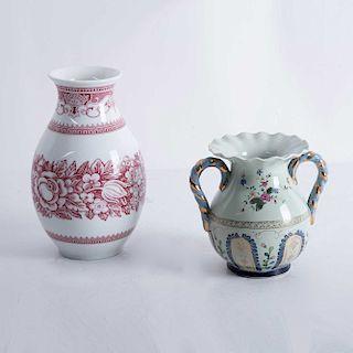Lote de jarrones. Alemania y Japón, siglo XX. Elaborados en porcelana, uno Hutschenreuther (modelo Windsor Rot) Piezas: 2