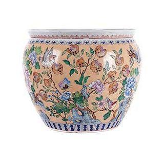 Pecera. China, siglo XX. Estilo cantonés. Elaborada en porcelana policromada. Decorada con aves, peces, motivos orgánicos y florales.