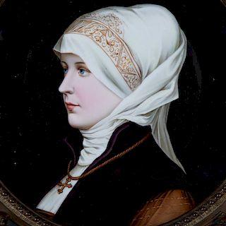 Retrato de dama con tocado blanco. Europa, inicios del siglo XX. Pintado a mano, óleo sobre plato de porcelana vidriada.