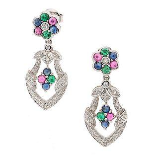 Par de aretes con zafiros, rubíes, esmeraldas y diamantes en oro blanco de 14k Aretes articulados. Poste y contra. Peso...